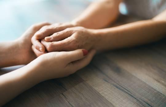 Care este cauza tremuratului mâinii?